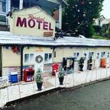 Schitt's Creek Fan Turns Front Yard Into Mini Rosebud Motel For Christmas, and WOW
