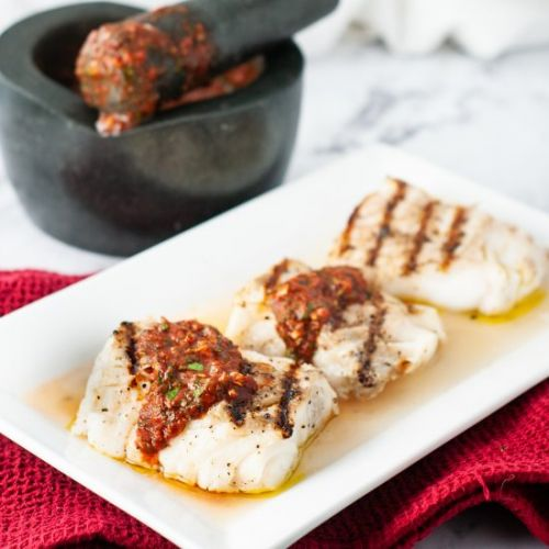 Grilled cod loins with garlic sauce