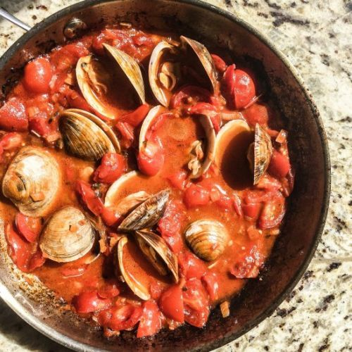 Clams in tangy, spicy tomato broth
