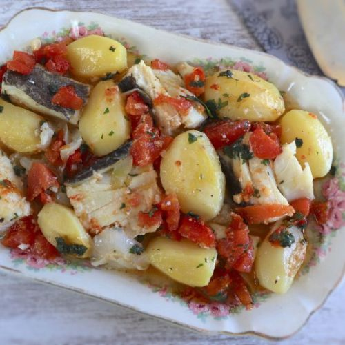 Cod with onion tomato in the oven