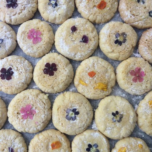 How to bake cookies with flowers