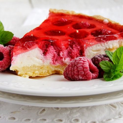 Tart with mascarpone and raspberry