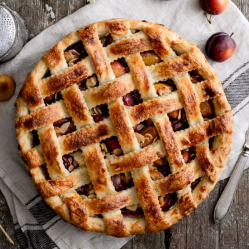 Plum pie with almonds