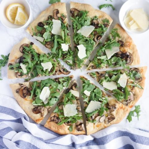 Arugula and mushroom pizza