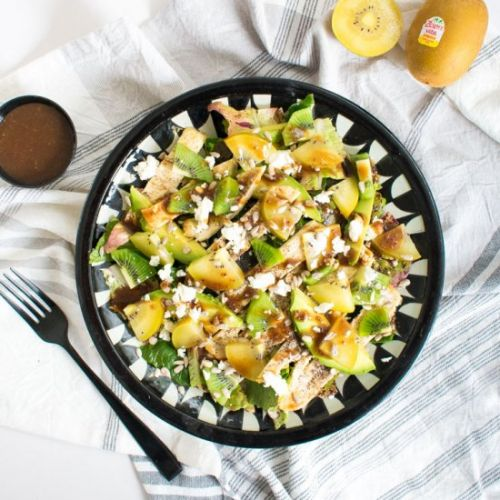 Kiwi salad with grilled chicken